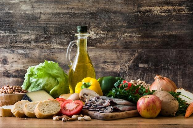 Alimentation équilibrée. diète méditerranéenne huile d'olive aux noix et aux fruits fruitvegetables grain sur table en bois.