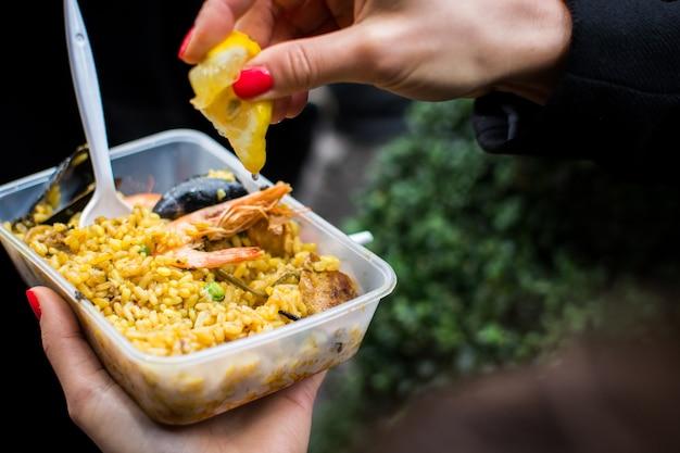 Alimentation de rue paella espagnole aux fruits de mer