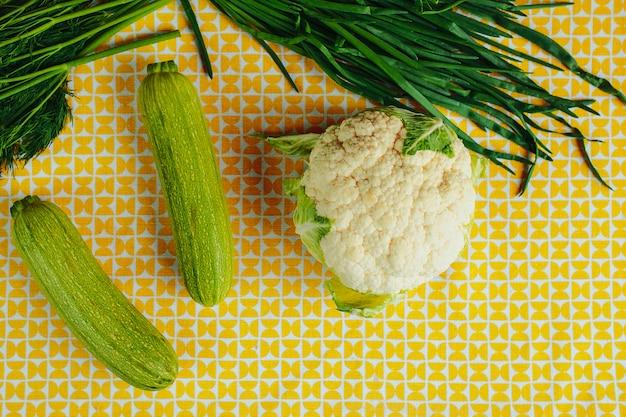 Une alimentation saine, des aliments sains sur la table, des légumes verts et des légumes, du chou-fleur, des concombres et des courges.