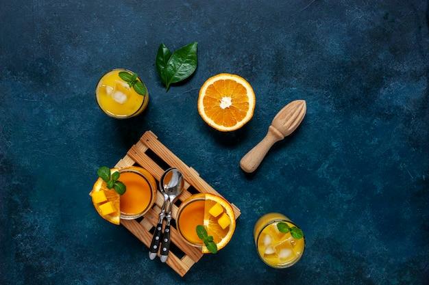 Alimentation saine, bien-être et concept de perte de poids, mangue fraîche biologique naturelle et smoothie à l'orange.