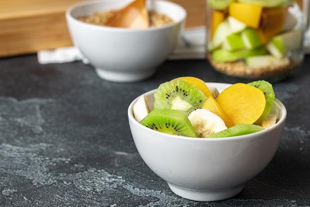 Alimentation saine: bouillie avec des fruits sur la table.