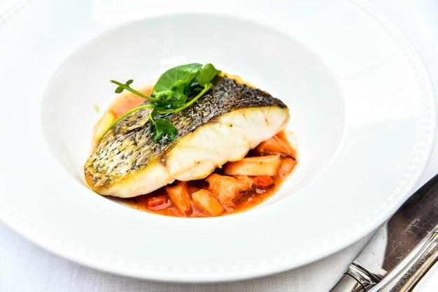 Une alimentation saine comprend des plats de poisson comme source de protéines et d'oméga 3.