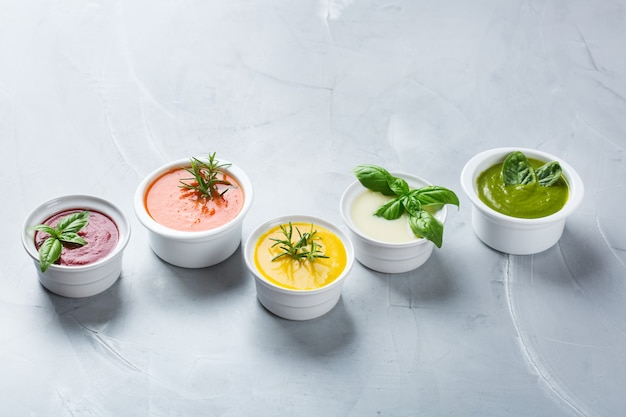Alimentation saine, concept d'alimentation propre. variété de légumes d'automne colorés soupes crémeuses avec des ingrédients. citrouille, brocoli, carotte, betterave, pomme de terre, tomate épinard. espace de copie