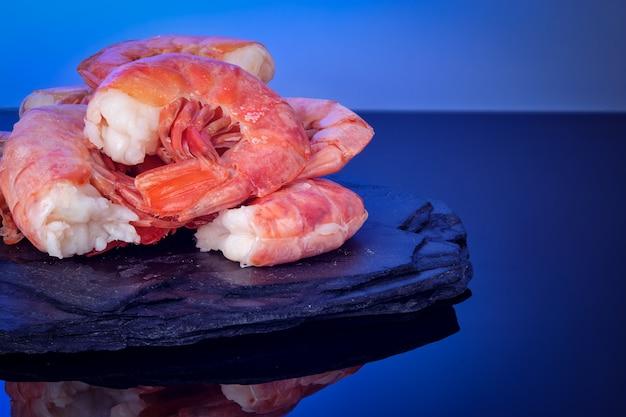 Une alimentation saine des crevettes tigrées sauvages bouillies sur une assiette