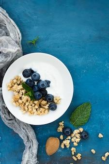 Une alimentation saine de délicieuses baies et noix