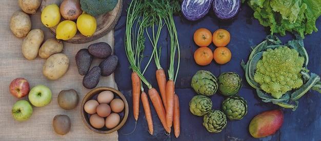 Alimentation saine et écologique, composition de légumes et de fruits frais sur des textures naturelles