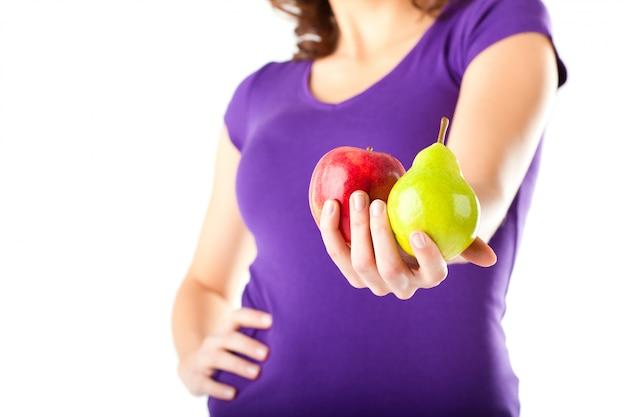 Alimentation saine - femme à la pomme et à la poire
