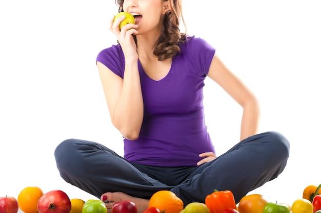 Alimentation saine - jeune femme aux fruits