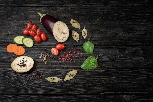 Alimentation saine, légumes sur un fond en bois foncé avec espace de copie.