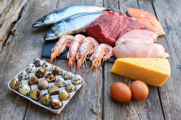 Alimentation saine d'origine animale sur fond de bois ancien