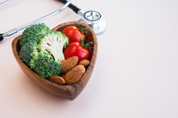 Une alimentation saine pour le cœur sur fond clair.