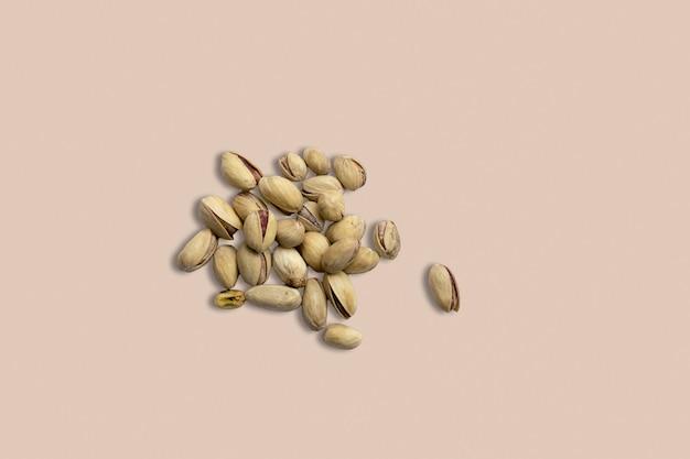 Une alimentation saine pour l'image d'arrière-plan bouchent les noix d'amande texture sur la vue de dessus de table gris blanc.