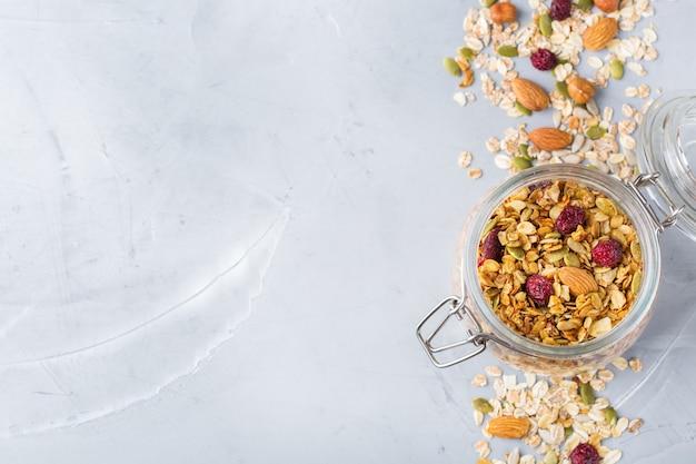 Alimentation saine et propre, régime et nutrition, remise en forme, alimentation équilibrée, concept de petit-déjeuner. muesli granola fait maison avec des ingrédients sur une table. vue de dessus de l'arrière-plan de l'espace de copie à plat