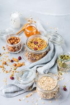 Alimentation saine et propre, régime et nutrition, remise en forme, alimentation équilibrée, concept de petit-déjeuner. muesli granola fait maison avec des ingrédients sur une table