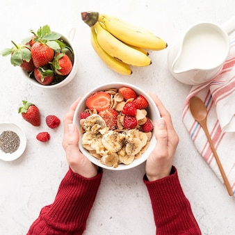 Une alimentation saine et un régime amaigrissant. petit-déjeuner sain, céréales, baies fraîches et lait dans un bol avec espace copie, vue de dessus à plat