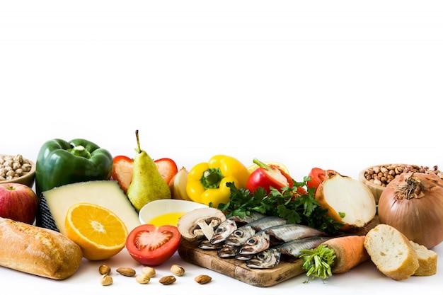 Alimentation saine régime méditerranéen fruits, légumes, céréales, noix huile d'olive et poisson sur blanc.