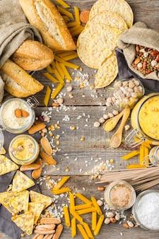 Alimentation saine, régimes amaigrissants, concept alimentaire équilibré. assortiment d'aliments et de farine sans gluten, amande, maïs, riz sur une table en bois. vue de dessus fond plat
