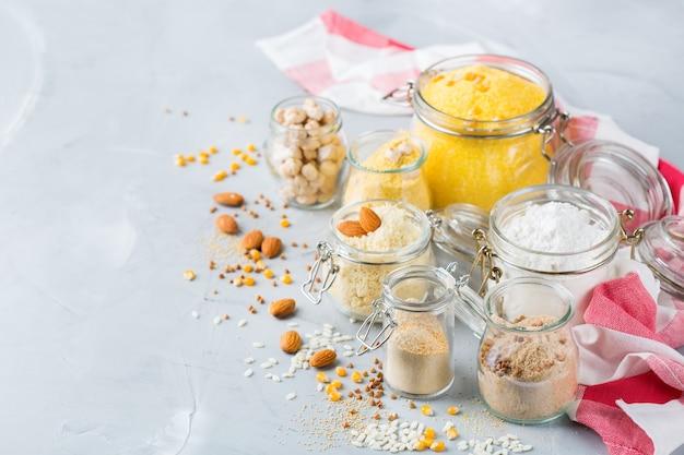 Alimentation saine, régimes amaigrissants, concept alimentaire équilibré. assortiment de farine sans gluten, amande, maïs, riz sur une table de cuisine. copier l'arrière-plan de l'espace