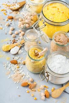 Alimentation saine, régimes amaigrissants, concept alimentaire équilibré. assortiment de farine sans gluten, amande, maïs, riz sur une table de cuisine.