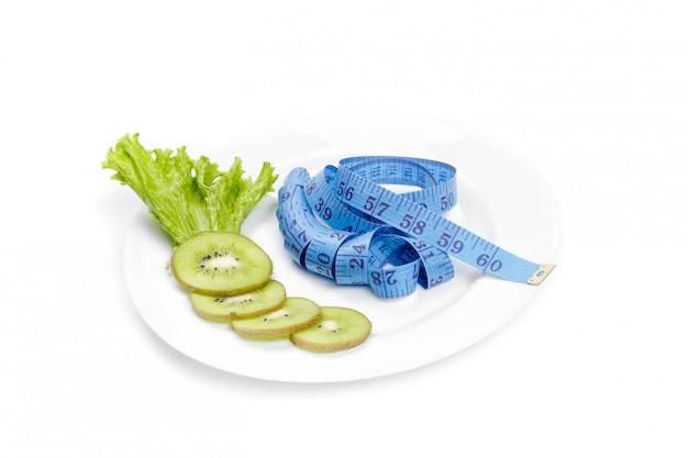 Alimentation saine. ruban à mesurer et kiwi frais