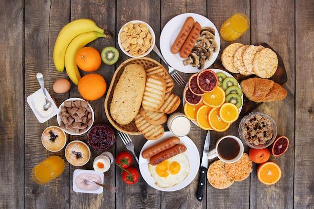 Une alimentation saine sur le vieux fond en bois. petit déjeuner. vue de dessus. mise à plat.
