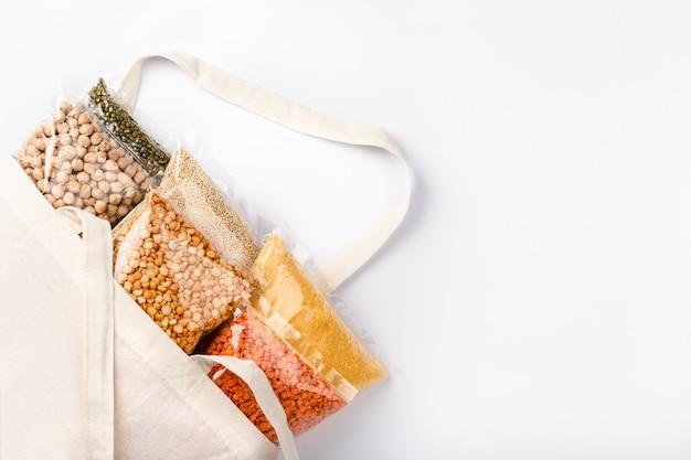 Alimentation végétalienne saine de céréales, légumineuses sur mur blanc avec fond. protéine végétale.