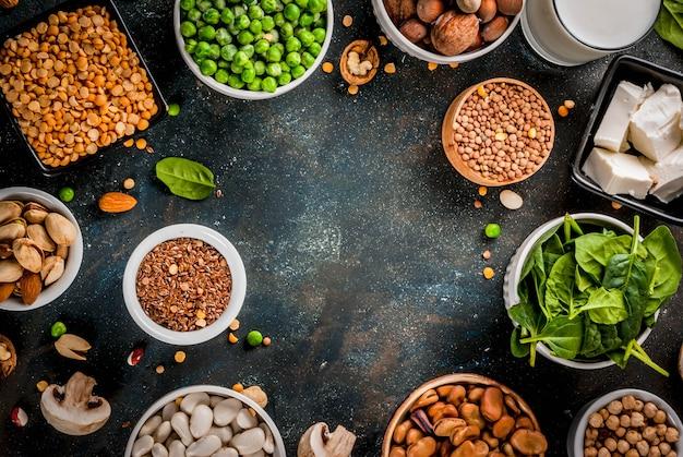 Alimentation végétalienne saine, sources de protéines végétales: tofu, lait végétalien, haricots, lentilles, noix, lait de soja, épinards et graines
