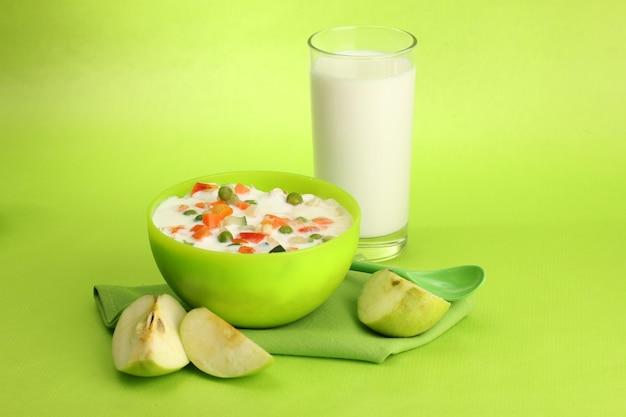 Aliments amaigrissants savoureux et verre de lait, sur l'espace vert