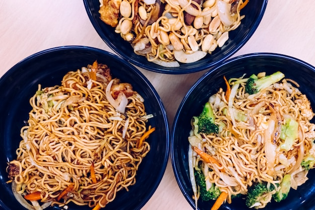 Aliments asiatiques riches en glucides et en légumes.