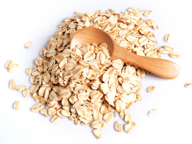 Aliments à base de céréales avec des flocons d'avoine séchée au four, flocons d'avoine dans une cuillère en bois.