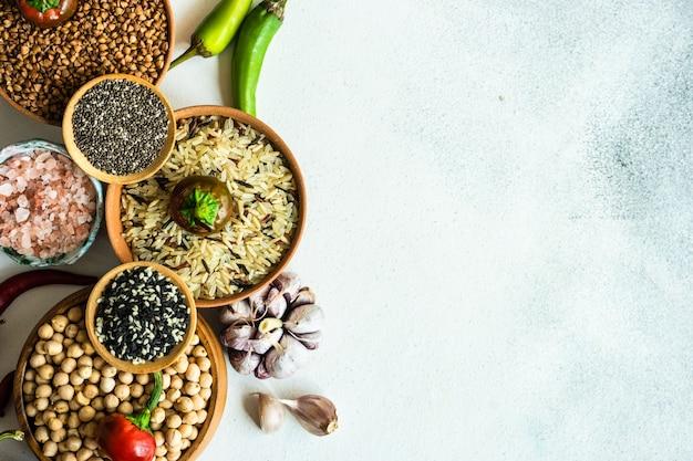 Aliments biologiques avec des céréales et des légumes