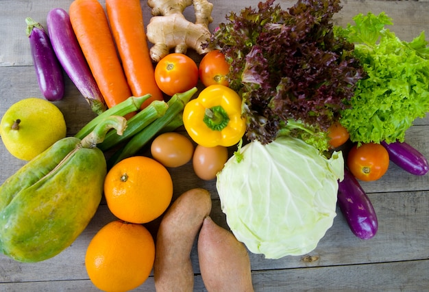 Aliments biologiques sur un fond en bois