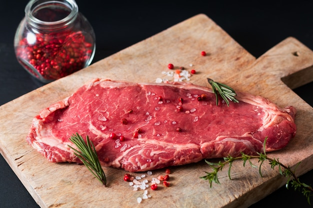 Aliments biologiques en verre filet de viande crue steak de boeuf sur table en pierre d'ardoise