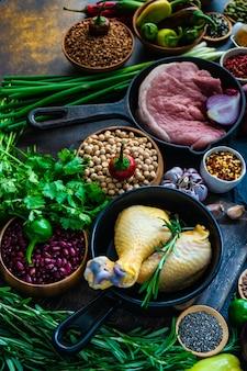 Aliments biologiques avec viande et céréales