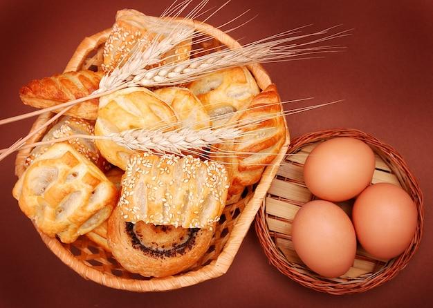 Aliments de boulangerie assortis, épis de blé et œuf