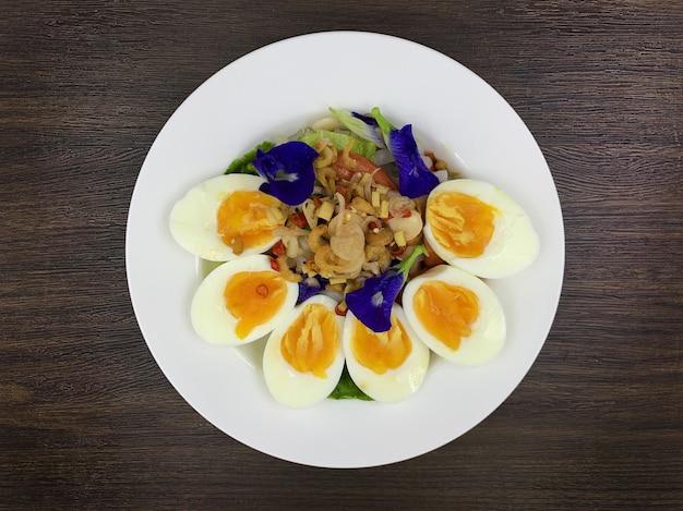 Les aliments cétogènes qui contiennent moins de glucides et sans sucre, mais très gras.