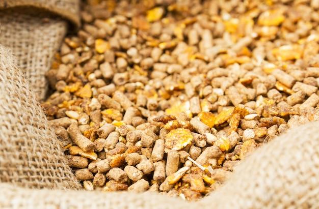 Aliments composés dans des sacs de fourrage