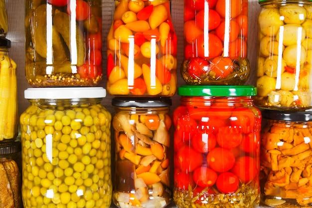 Aliments conservés dans des bocaux en verre. divers aliments marinés