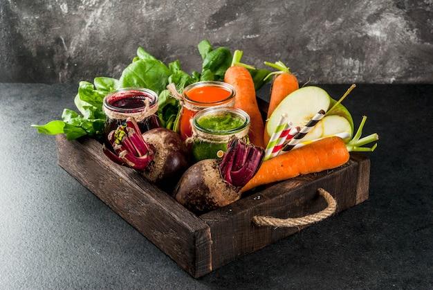 Aliments diététiques végétaliens. boissons détox. jus et smoothies fraîchement pressés de légumes: betteraves, carottes, épinards, concombre, pomme.