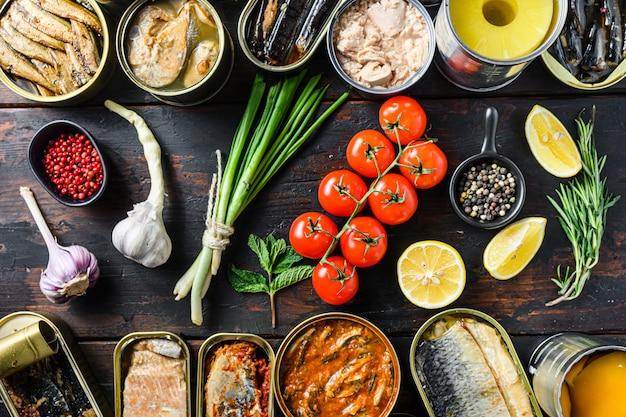 Aliments frais et herbes avec des aliments en conserve