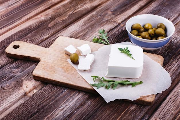 Des aliments frais et sains. délicieux dîner italien. fromage frais servi sur une planche de bois