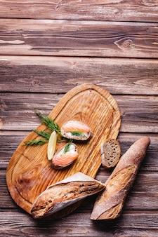 Des aliments frais et sains. idées de collations ou de repas. pain maison au citron et au saumon