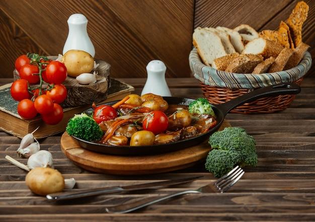 Aliments mélangés grillés dans une casserole métallique noire
