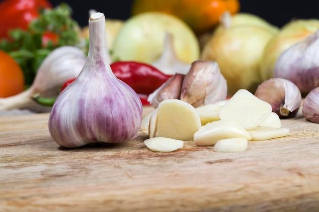 Aliments naturels cultivés dans une ferme biologique, les légumes sont sur l'ancienne table de cuisine, les légumes ne sont pas frais, peuvent être endommagés ou non lavés, sales, gros plan