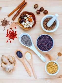 Aliments nutritifs et sélection de super aliments avec des poudres de supplément.