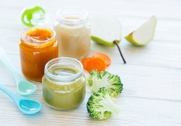 Aliments pour bébés, assortiment de purée de fruits et légumes, mise à plat, vue de dessus, espace pour le texte