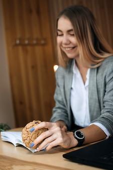 Aliments pour stimuler le cerveau et la mémoire aliments liés à une meilleure intelligence jeune étudiante adolescente avec open