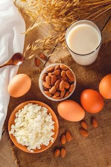 Aliments protéinés diététiques sur fond de bois petit déjeuner rustique oeufs fromage cottage et lait