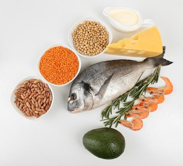Aliments riches en protéines sur blanc
