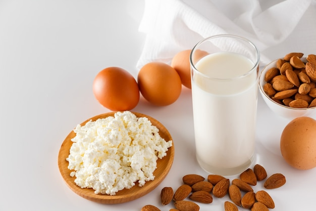 Aliments riches en protéines sur fond blanc fromage cottage oeufs noix aliments sains pour une alimentation équilibrée